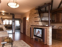 Внутренняя отделка деревянного дома декоративным камнем и кирпичом фото