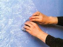 как наносить фактурную краску на стены