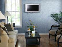 голубая текстурная краска в интерьере гостиной
