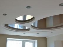 Зеркальный натяжной потолок в форме овала