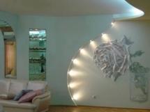 Дизайн отделанной стены гипсокартоном с подсветкой