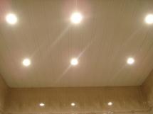 Устройство подвесного потолка из пластиковых панелей