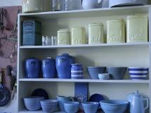 установка кухонных навесных полок