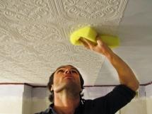 Как клеить потолочные обои на потолок