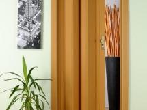 межкомнатные двери гармошка в интерьере квартиры