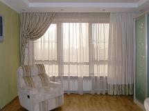дизайн штор для гостиной с балконом