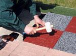 Процесс укладки резиновой тротуарной плитки