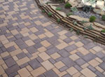 Тротуарная плитка на дорожке загородного дома