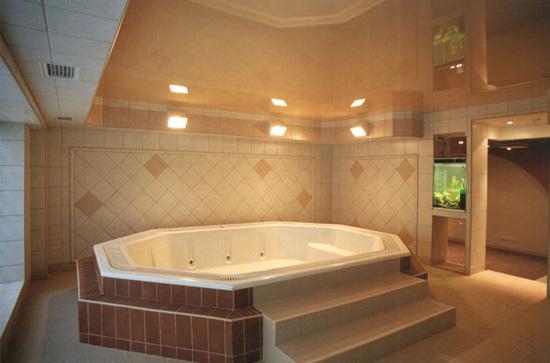Глянцевый гатяжной потолок в ванной