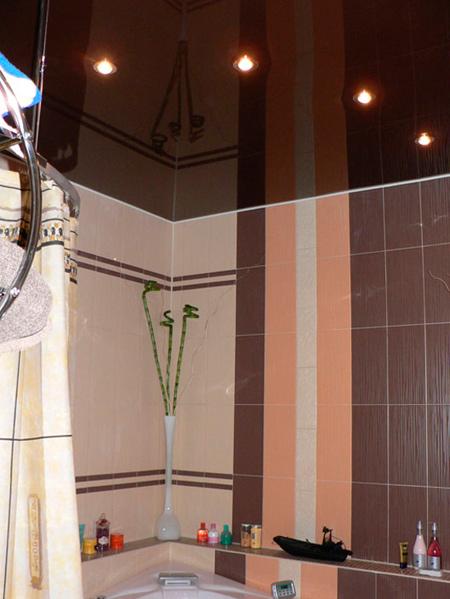 Цветной натяжной потолок в ванной комнате
