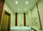 Натяжной глянцевый потолок в ванной